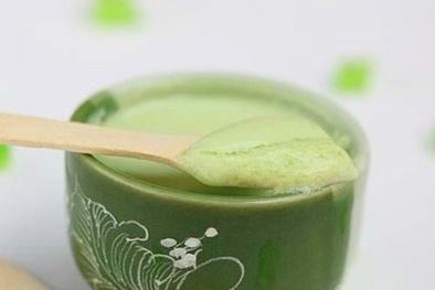 Múc sữa chua trà xanh cho vào hũ