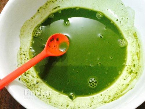 Lấy bột trà xanh hòa với nước ấm