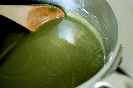 Cho bột trà xanh và bột rau câu vào nấu chò chín đổ ra khuôn